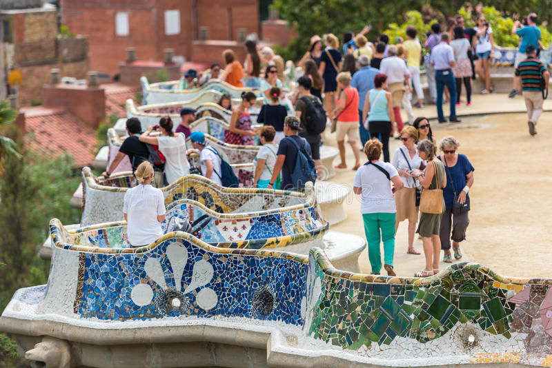 Туристы в парке Guell, Барселоне, Испании стоковые изображения rf