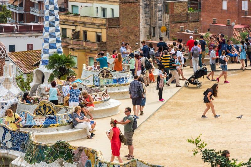 Туристы в парке Guell, Барселоне, Испании стоковые фотографии rf