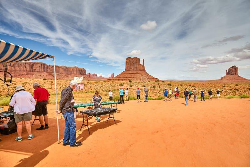 Туристы в сувенирном ларьке Navajo с индийским ручным ремеслом в Монумент-Валли стоковое изображение