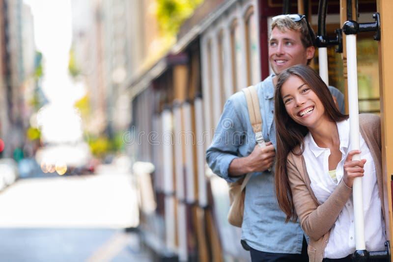Туристы города Сан-Франциско ехать образ жизни людей туризма трамвая фуникулера Молодые межрасовые пары наслаждаясь ездой фуникул стоковые фото
