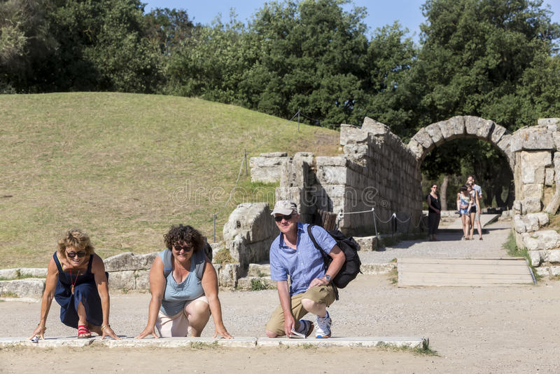 Туристы готовые для того чтобы побежать на Олимпии, месте рождения Олимпийских игр стоковое фото