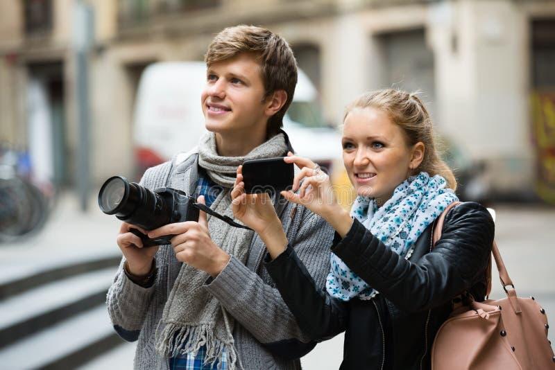Туристы делая фото на улицах стоковое изображение rf