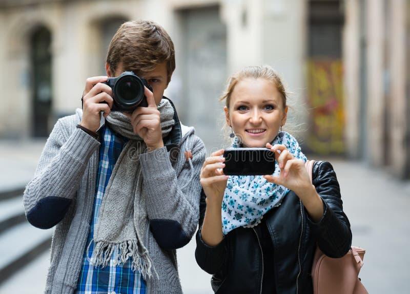 Туристы делая фото на улицах стоковая фотография
