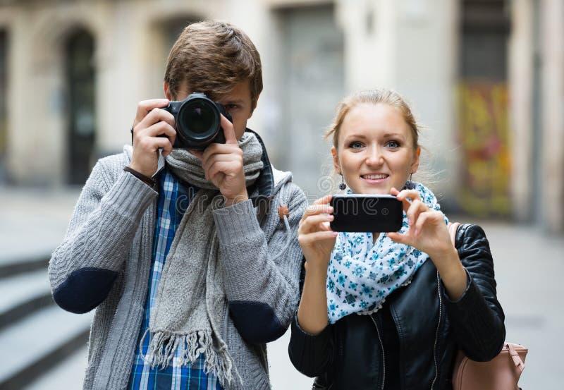 Туристы делая фото на улицах стоковое изображение