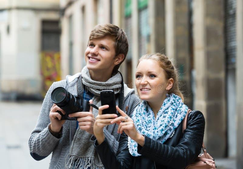 Туристы делая фото на улицах стоковые изображения rf