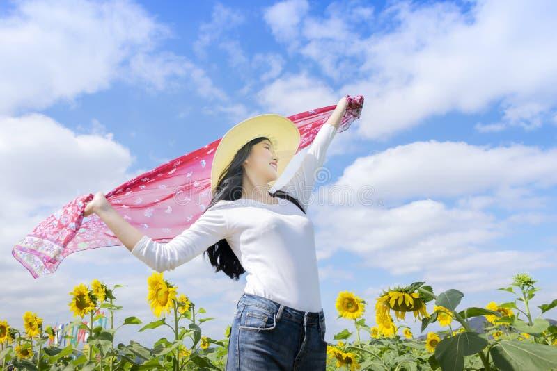 Туристы женщин наслаждаются красивой природой Задержите ткань для того чтобы получить ветер стоковые фото