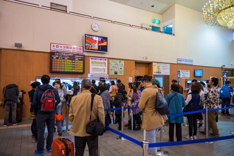 Туристы ждать в линии для поезда Sagano приобретения романтичного стоковая фотография