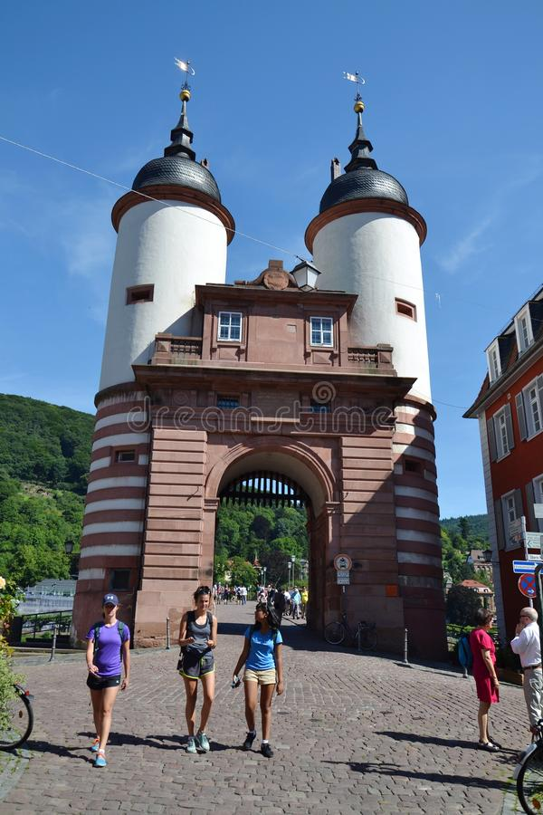Туристы идут на мост моста Карл Theodor старый над Рекой Neckar в Гейдельберге, Германии стоковые фотографии rf