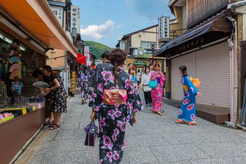 Туристы идут на улицу вокруг виска Киото Kiyomizu-dera, Японии стоковая фотография rf