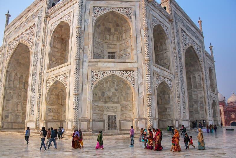 Туристы идя вокруг Тадж-Махала в Агре, Уттар-Прадеш, Индии стоковая фотография