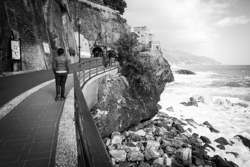 Туристы идя на скалу Monterosso, Италии стоковое изображение rf
