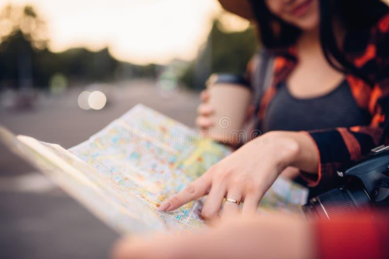 Туристы изучают карту привлекательностей города стоковые изображения rf