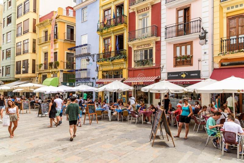 Туристы имея обед на квадрате централи Mercat внешнего ресторана городском (рынок Mercado центральный или центральный) стоковая фотография rf