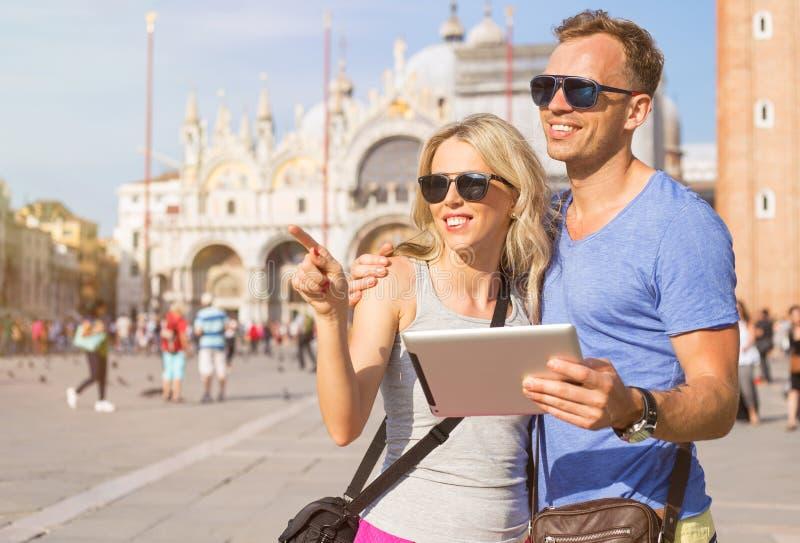Туристы используя планшет пока путешествующ стоковая фотография