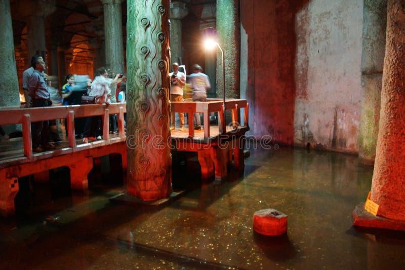 Туристы исследуют цистерну Yerebatan Saray подземную стоковые изображения