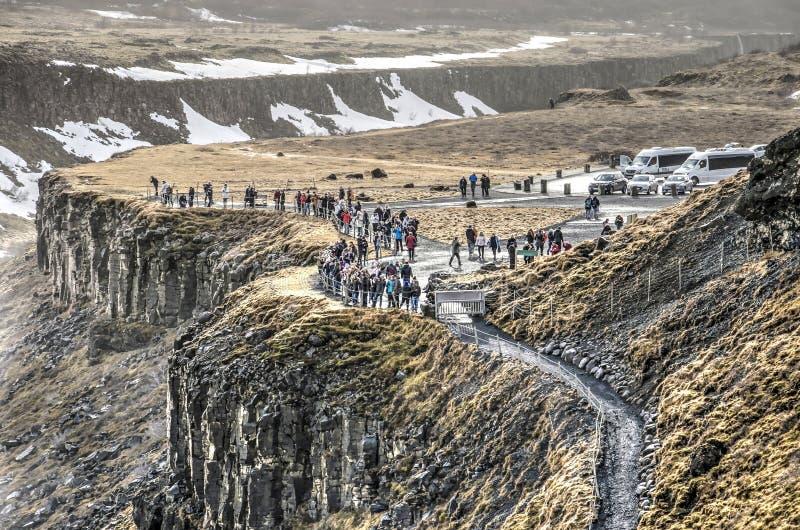 Туристы и автомобили на водопаде Gulfoss стоковые фото
