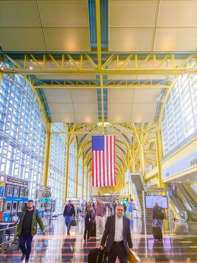 Туристы и бизнесмены идя внутри аэропорта Рональда Рейгана Вашингтона d C стоковое фото rf