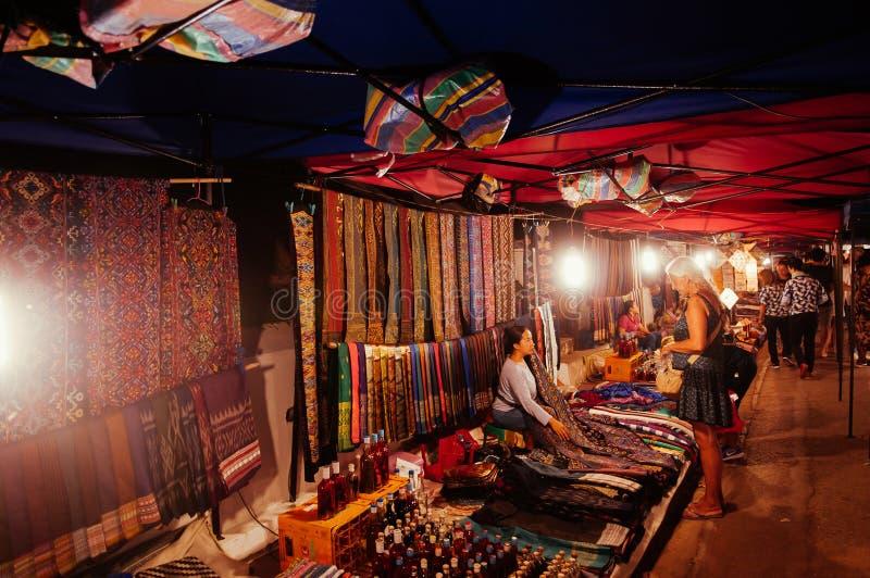 Туристы и местные магазины на рынке ночи Luang Prabang - Лаосе стоковая фотография rf