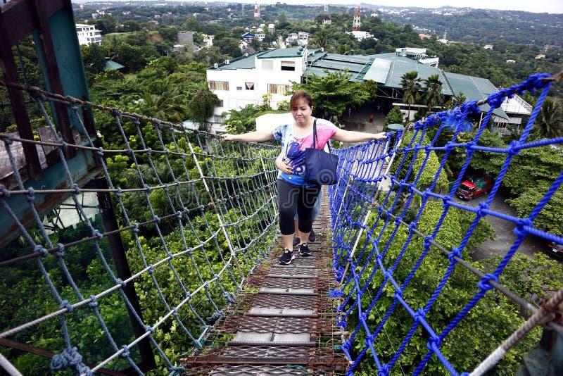 Туристы и посетители взбираются к верхней части палубы просмотра 360 градусов используя вися мост стоковая фотография rf