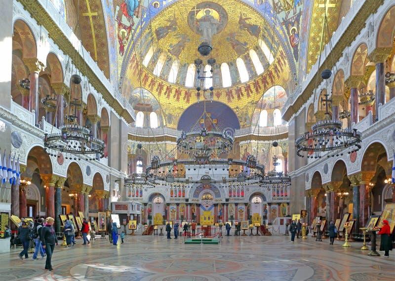 Туристы и прихожане в военноморском соборе St Nicholas стоковые изображения