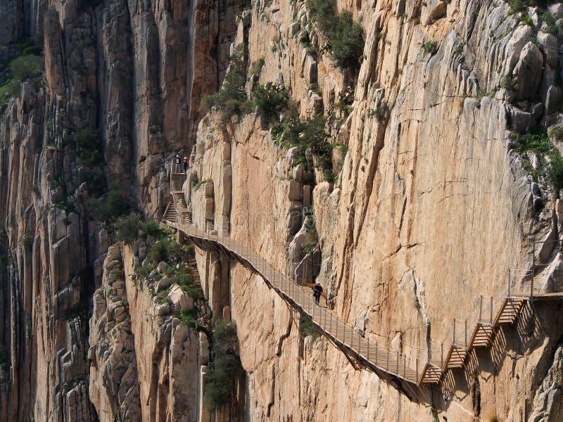 Туристы идут вдоль 'Caminito del Rey' (тропа короля) стоковое фото rf