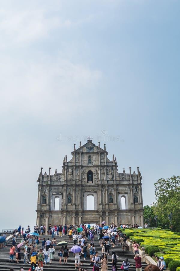 Туристы идут пропуск и принимают фото на руины ` s St Paul в Макао, Китае стоковое изображение