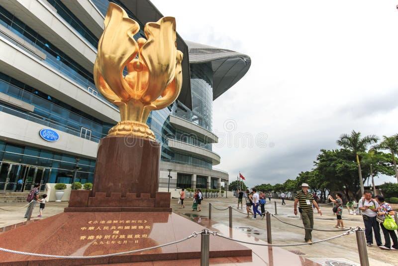 Туристы идя в золотой Bauhinia придают квадратную форму открытой местности в северном болезненном Chai, Гонконге стоковые фото