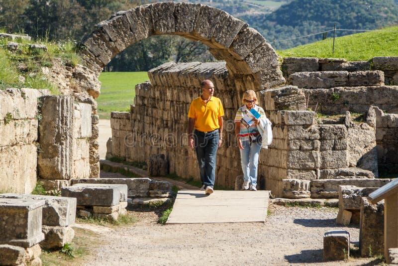 Туристы идя над руинами стоковые изображения