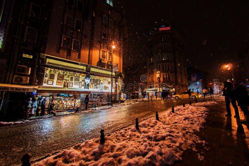 Туристы идя на улицы Стамбула после снега бушуют стоковые фотографии rf