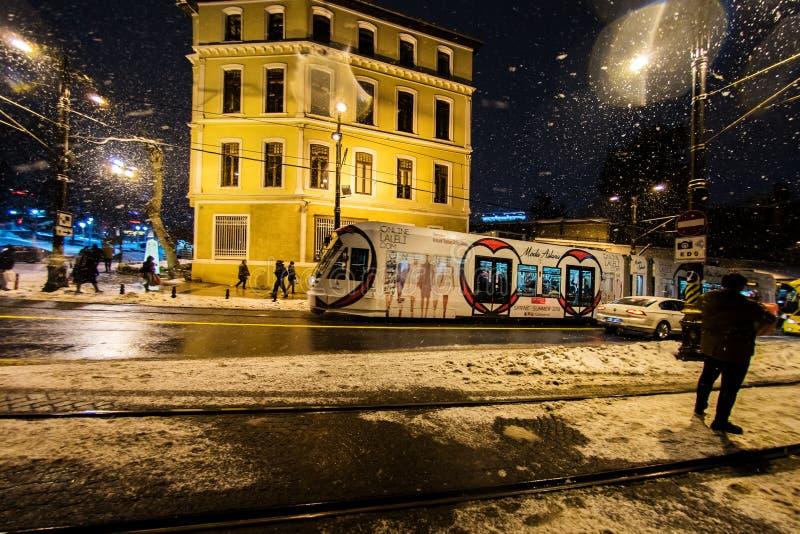 Туристы идя на улицы Стамбула после снега бушуют стоковое фото rf