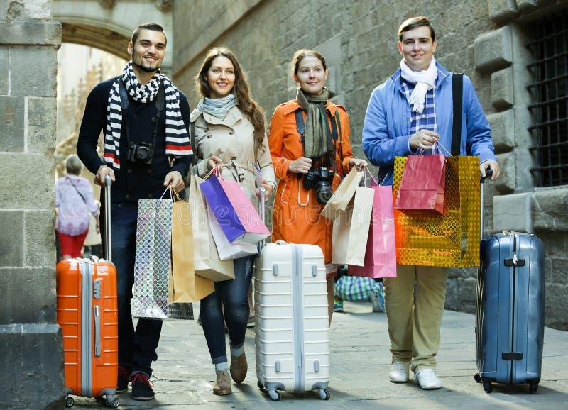 Туристы идя с хозяйственными сумками стоковое изображение rf