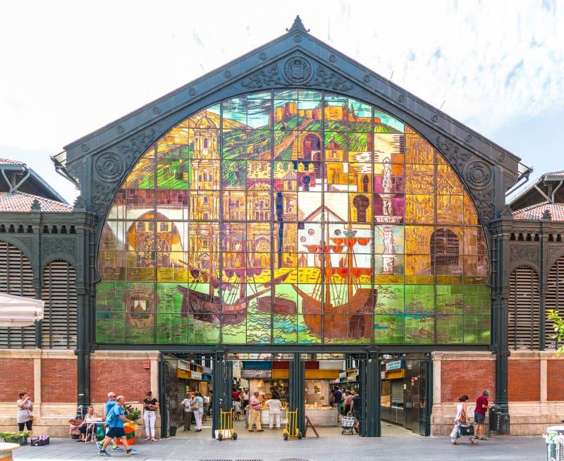 Туристы и locals входя в и выходя Mercado Центральн de Atarazanas стоковые изображения rf