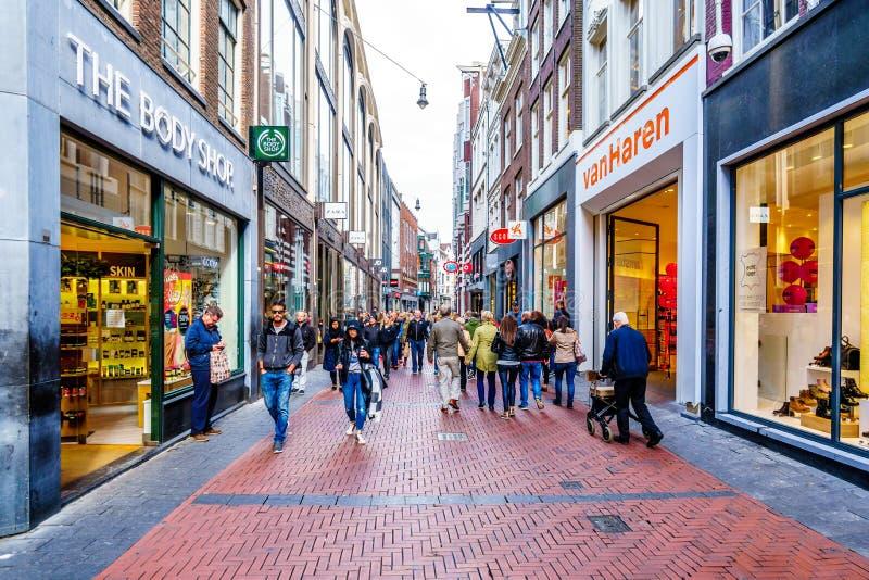 Туристы и locals в занятой торговой улице Niewendijk в историческом центре Амстердама стоковые изображения