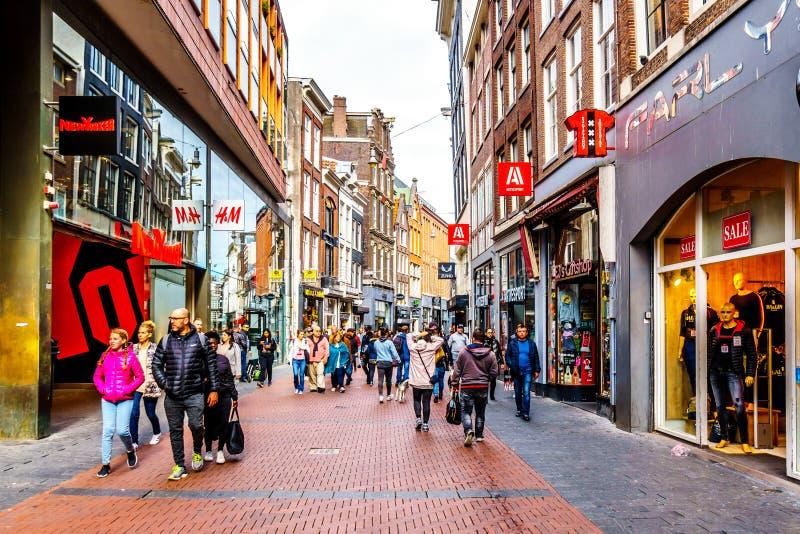 Туристы и locals в занятой торговой улице Niewendijk в историческом центре Амстердама стоковые фото