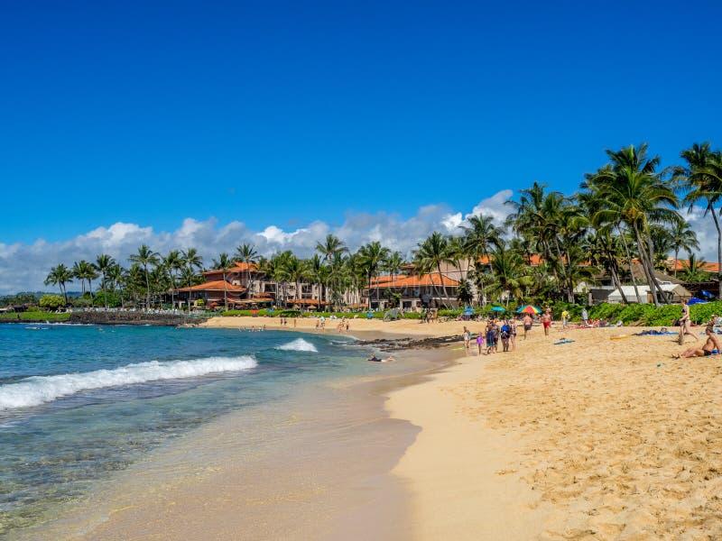 Туристы и locals наслаждаются пляжем Poipu, Кауаи стоковые изображения rf