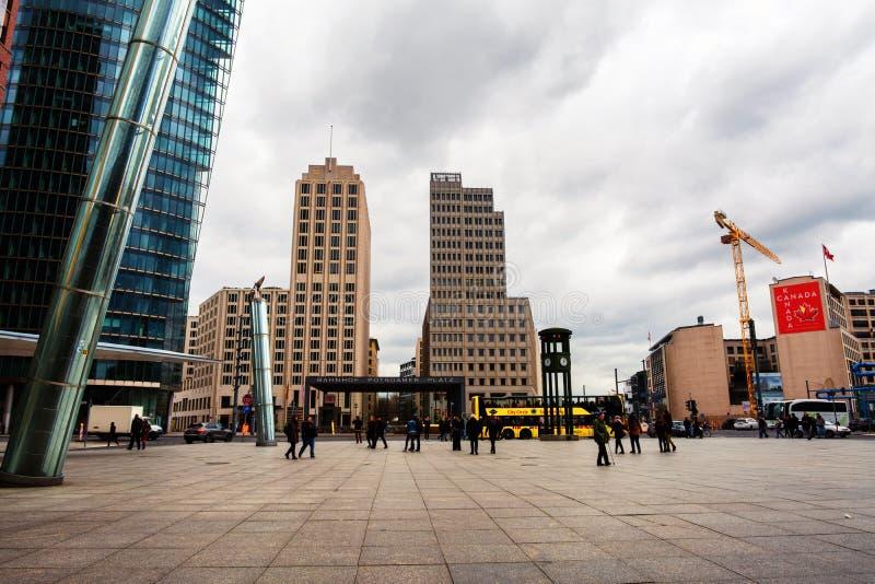 Туристы и locals на квадрате на platz Postdamer в Берлине, Германии стоковое фото