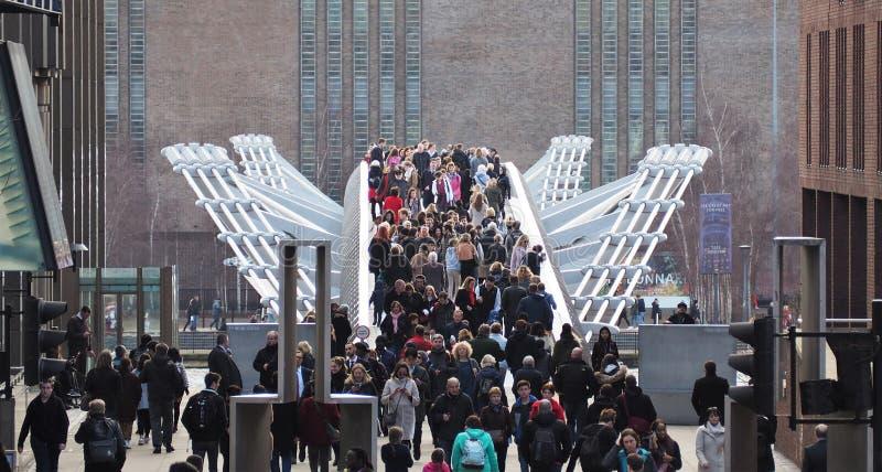 Туристы и locals юлят через мост тысячелетия стоковые фото