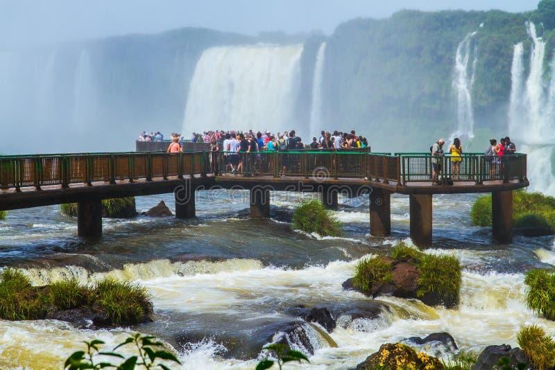 Туристы наблюдают водопады Iguazu стоковое изображение rf