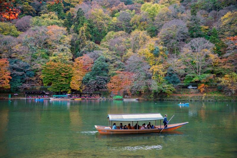 Туристы наслаждаются crusing в реке Hozu на Arashiyama во время красивого сезона осени стоковые изображения