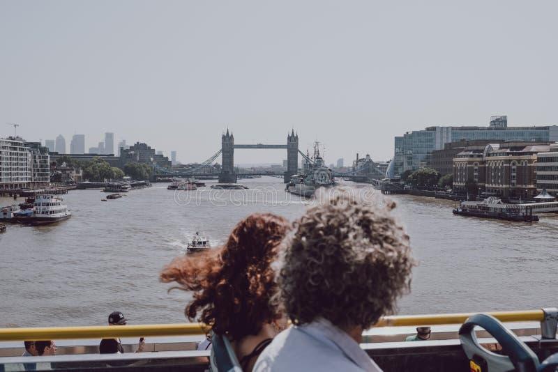 Туристы, наслаждающиеся видом на достопримечательности Лондона с Ð²ÐµÑ€Ñ стоковые изображения