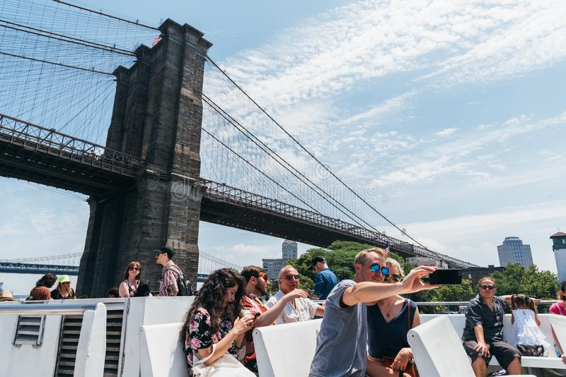 Туристы наслаждаясь в пароме водного пути NY Ист-Ривер стоковое фото rf