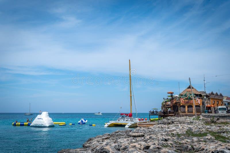 Туристы наслаждаясь деятельностями при лета батута воды на Margaritaville Montego Bay стоковые изображения rf