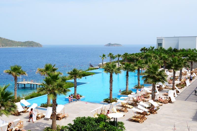Туристы наслаждаясь их каникулами в роскошной гостинице стоковые фотографии rf