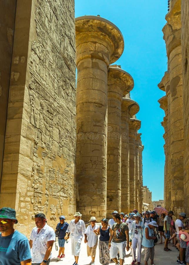 Туристы наслаждаясь комплексом Luxor Temple стоковые фотографии rf