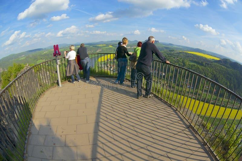 Туристы наслаждаются панорамным взглядом, Rathen, Германией стоковые фото
