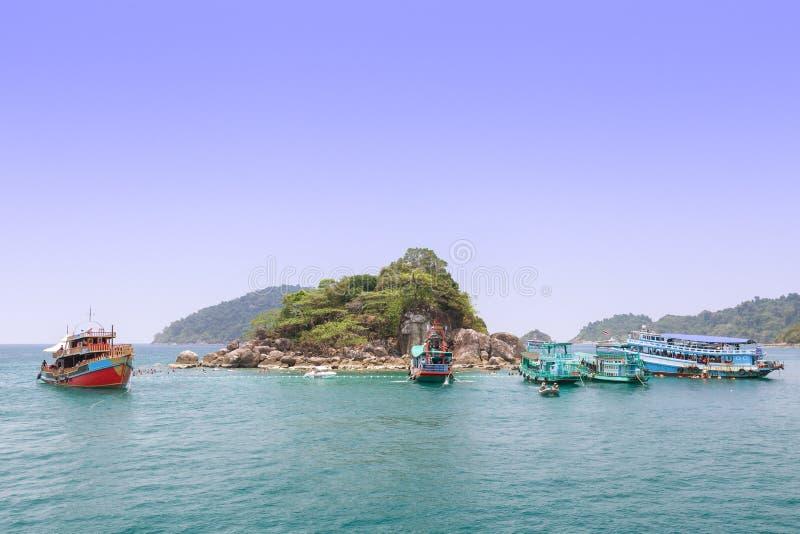Туристы наслаждаются snorkeling под водой на Lek яков Koh (острове стоковые фотографии rf