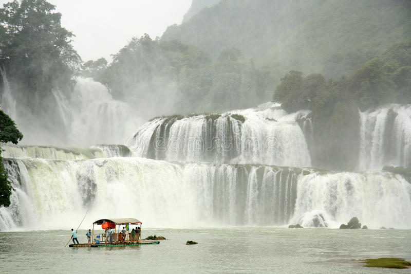 Туристы на бамбуковом сплотке близко к Ban Gioc Waterfall, Вьетнаму стоковая фотография