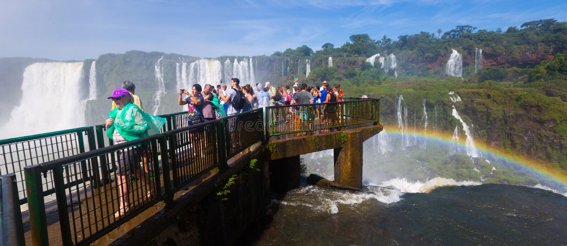 Туристы на водопаде Cataratas del Iguazu, Бразилии стоковое изображение