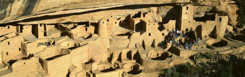 Туристы на дворце скалы стоковые изображения