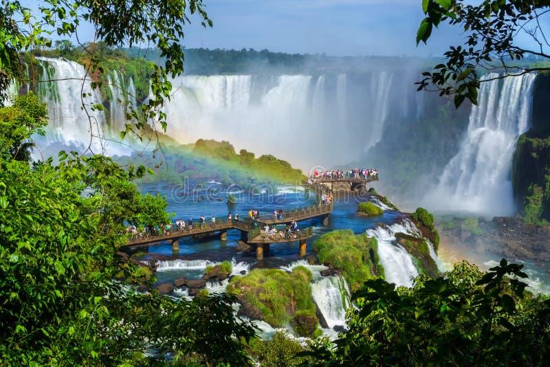 Туристы на Игуазу Фаллс, Foz делают Iguacu, Бразилию стоковые фотографии rf